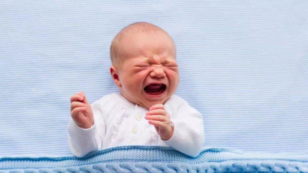 bebê chorando à noite