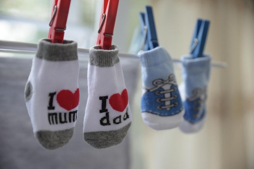 Como dobrar roupa de bebê meias