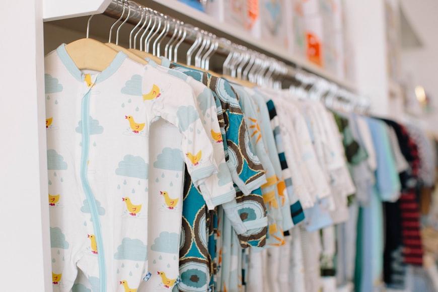 Como dobrar roupa de bebê